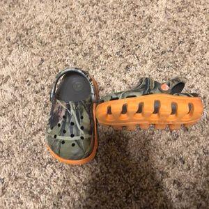 Crocs Camo and orange 6/7